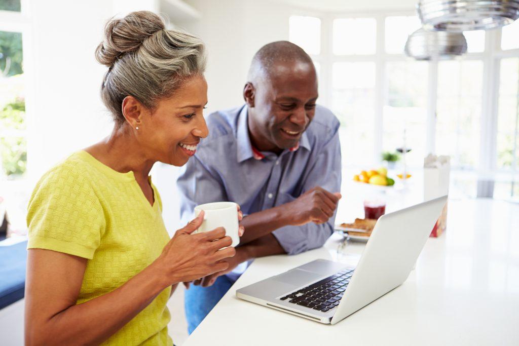 老夫妇在看笔记本电脑