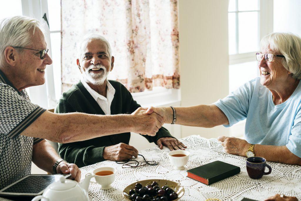 老年人微笑和握手